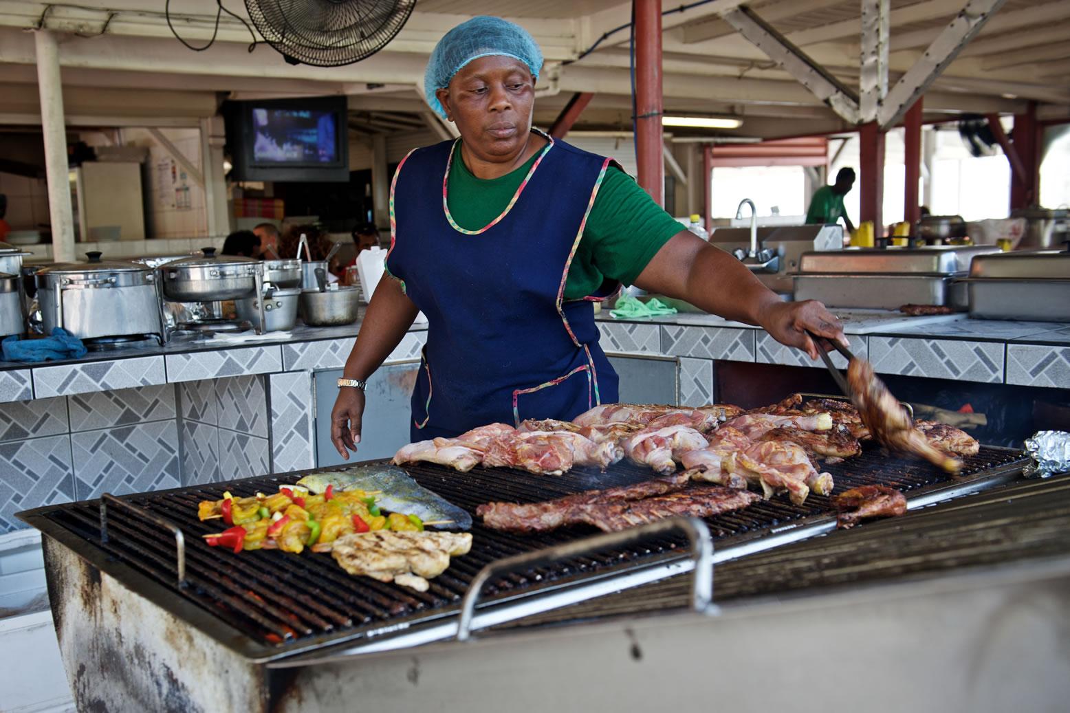 Proef een portie malse ribs of gegrilde vis in de 'culinaire hoofdstad van de Caribbean'