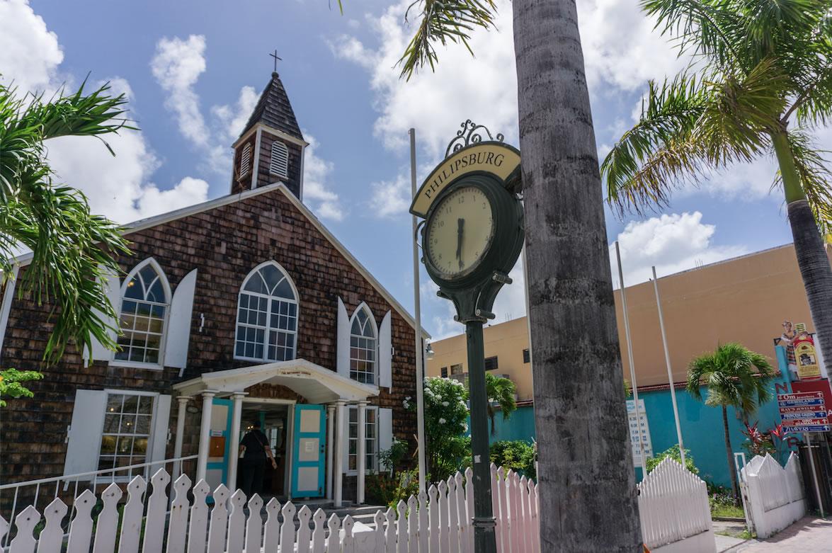 Fiets door het hart van St. Maarten's hoofdstad Philipsburg
